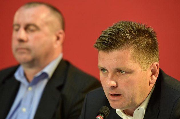 V pozadí sportovní ředitel sešívaných Josef Jinoch a trenér Dušan Uhrin mladší.