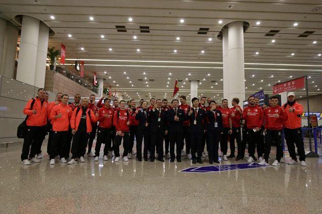 Vyžádané focení se zaměstnanci šanghajského letiště. I kvůli tomu měla část výpravy zpoždění.