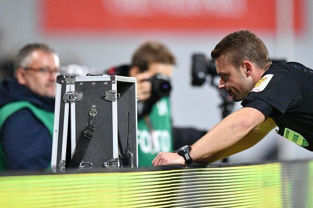 Sudí Pavel Orel zkoumá video, před nařízenou penaltou ve prospěch Sparty proti Mladé Boleslavi.
