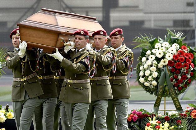 Pohřeb legendárního fotbalisty Josefa Masopusta.