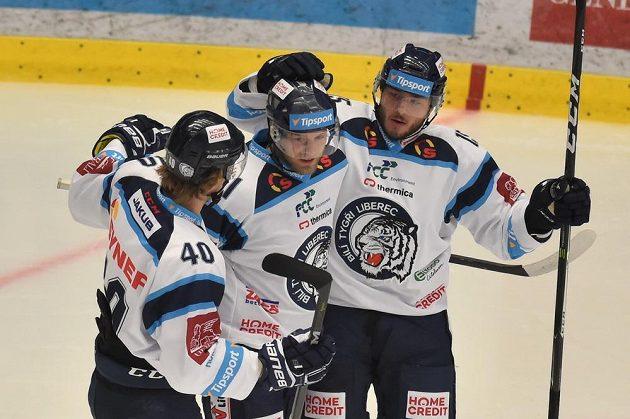 Z vedoucího gólu se radují liberečtí hráči zleva Lukáš Jašek, Jan Stránský a střelec Adam Dlouhý.