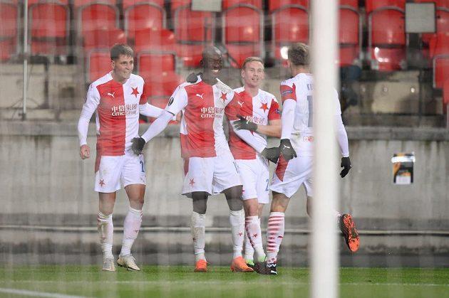 Slavia oslavuje vedoucí gól proti Beer Ševě.