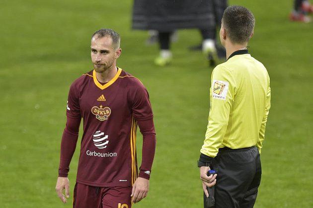 Fotbalista Pablo González z Dukly Praha po skončení zápasu, který potvrdil sestup pražského klubu z ligy.