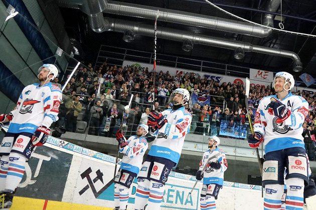 Chomutovští hráči se radují z vítězství nad Mladou Boleslaví v předkole play off hokejové extraligy i z postupu do čtvrtfinále.