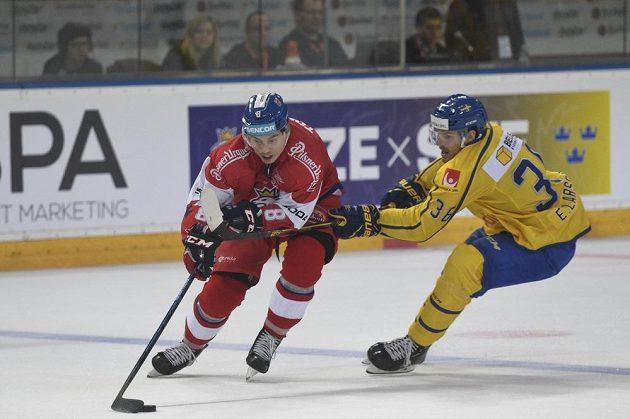 Zleva český útočník David Tomášek a forvard Emil Larsson ze Švédska.