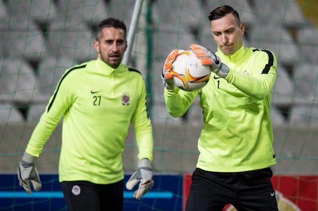 Brankáři Sparty Marek Štěch (vpředu) a Miroslav Miller během tréninku v kyperské Nikósii.