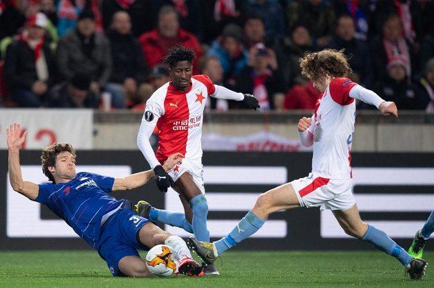 Marcos Alonso z Chelsea a fotbalisté Slavie Praha Ibrahim Traóre a Alex Král během utkání čtvrtfinále Evropské ligy