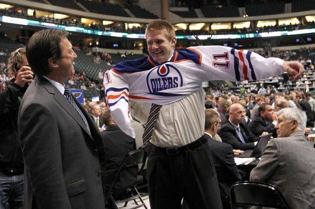 Slavnostní oblékání dresu na draftu, kde si Davida Musila vybral Edmonton z 31. pozice.