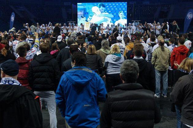 Oslavy titulu v liberecké Home Credit Areně. Na obrazovce je majitel klubu Petr Syrovátko.