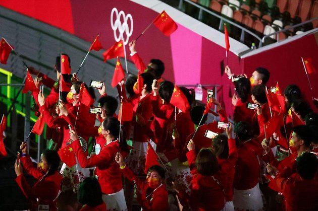 Čínská výprava nastupuje na Olympijský stadion během zahajovacího ceremoniálu LOH 2021 v Tokiu.