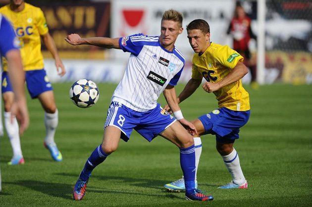 Radek Buchta ze Znojma (vlevo) si kryje míč před Janem Krobem z Teplic.