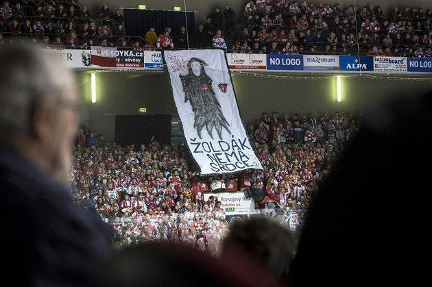Fanoušci Pardubic rozvinuli ve svém kotli transparent určený Petru Koukalovi. Ten strávil v Dynamu několik sezón, před tou letošní se však stal posilou rivala z Hradce Králové.