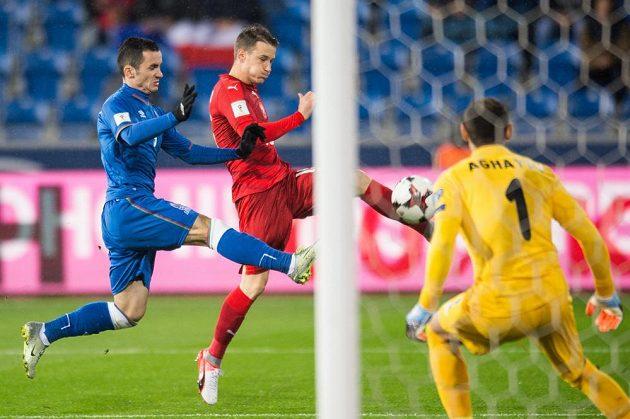 Český obránce Jan Sýkora se snaží ohrozit branku Ázerbájdžánu v kvalifikačním utkání o postup na MS 2018.