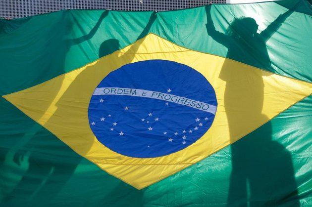 Demonstranti v hlavním městě Brazílie Brasilii za brazilskou vlajkou.