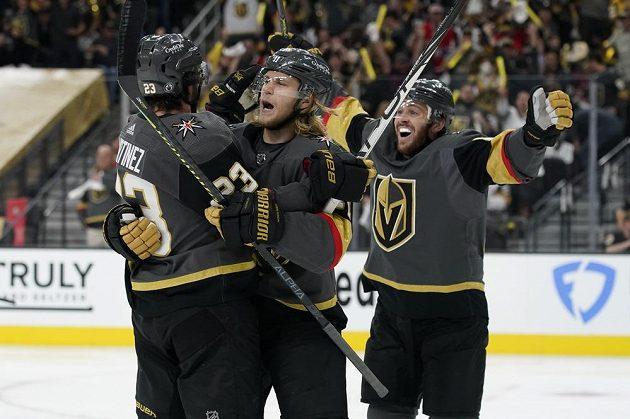 hokejisté Vegas Golden Knights Jonathan Marchessault (vpravo), William Karlsson (uprostřed) a obránce Alec Martinez (vlevo) oslavují gól vstřelený během semifinále NHL proti Montrealu.