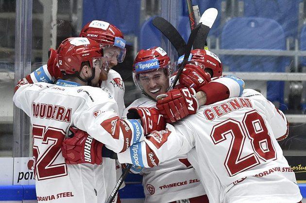 Hokejisté Třince se radují z gólu. Uprostřed autor gólu Patrik Hrehorčák z Třince.