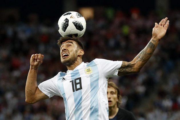 Hlavičkující Argentinec Eduardo Salvio v duelu s Chorvatskem.