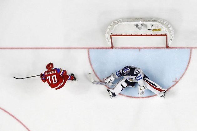 Bezmocný finský gólman Joonas Korpisalo při zakončení Rusa Vladimira Tkačova.