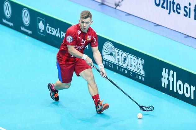 Obránce Martin Pražan vyváží míček při úvodním utkání českého týmu s Německem.