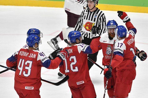 Čeští hráči se radují z gólu Filipa Hronka (vpravo).
