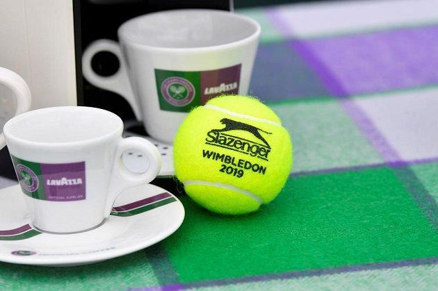 Tenisový Wimbledon je svátkem pro hráče i fanoušky.