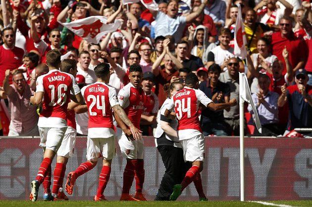 Fotbalisté Arsenalu se radují z branky proti Chelsea v Community Shield.