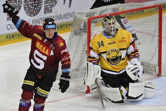 Miroslav Forman ze Sparty se raduje z gólu, vpravo překonaný brankář Šimon Zajíček z Litvínova.