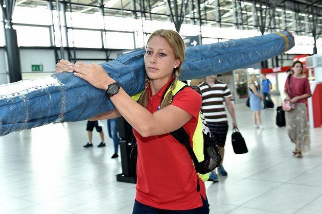 Tyčkařka Jiřina Ptáčníková na letišti Václava Havla před odletem na atletické mistrovství světa v Pekingu.