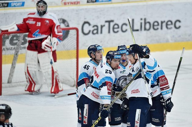 Liberecký Lukáš Krenželok (druhý zleva) se raduje se svými spoluhráči z gólu proti Olomouci.