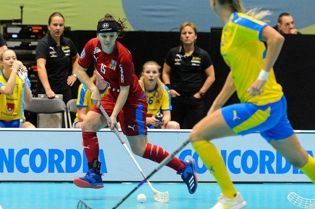 Česká florbalistka Natálie Martináková v akci během utkání MS se Švédskem.