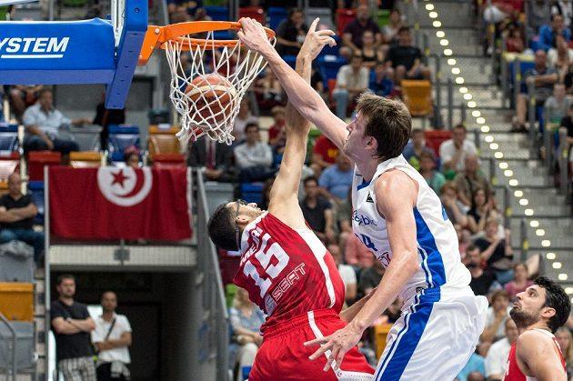 Český basketbalista Jan Veselý (vpravo) smečuje přes Tunisana Firase Lahyaniho.