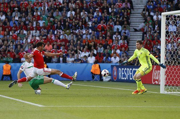 Severní Ir Gareth McAuley (vlevo) si střílí vlastní gól v zápase s Walesem.