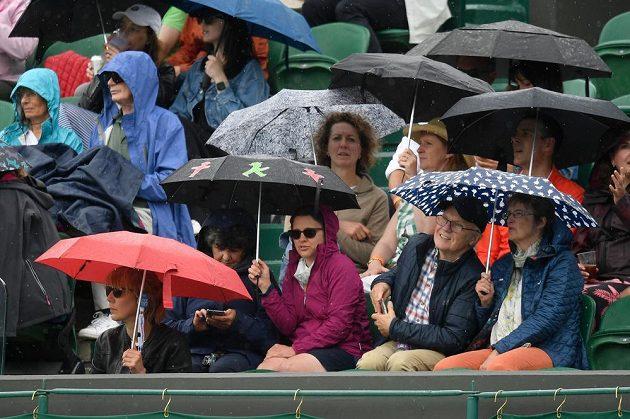 Počasí divákům v All England Clubu zatím nepřeje, také úterní program Wimbledonu narušil déšť.