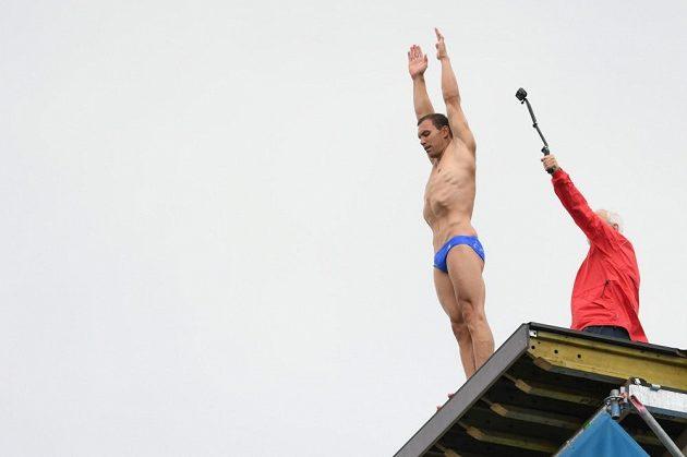 Michal Navrátil na vrcholu věže při tréninku na MS v Budapešti.