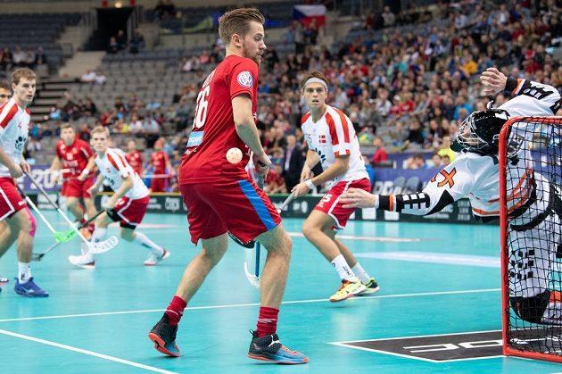 Český útočník Patrik Dóža a brankář Dánska Mike Trolle ve čtvrtfinále MS v Praze.