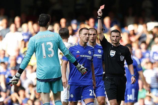Brankář Chelsea Thibault Courtois dostává červenou kartu v zápase anglické Premier League proti Swansea.
