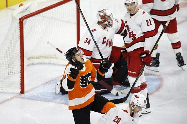 Hokejista Philadelphia Flyers Travis Konecny (11) slaví poté, co překonal brankáře Petra Mrázka z Caroliny Hurricanes.