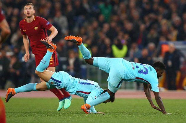 Barcelonští fotbalisté Samuel Umtiti a André Gomes marně skákali po míči na hřišti AS Řím, vyřazení z Ligy mistrů nezabránili.