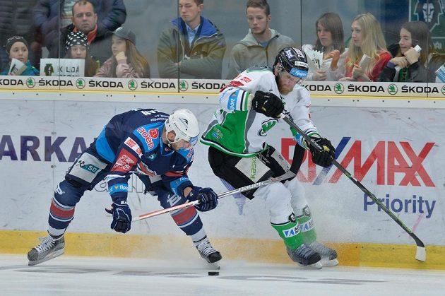 Dávid Skokan z Chomutova (vlevo) a David Štich z Boleslavi v souboji během čtvrtého zápasu předkola play off hokejové extraligy.