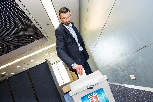 Bývalý rozhodčí Drahoslav Drábek během volby na Valné hromadě FAČR.