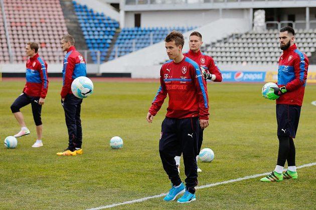 Lukáš Mareček (vpředu) během tréninku české fotbalové reprezentace před zápasy se Skotskem a Švédskem.