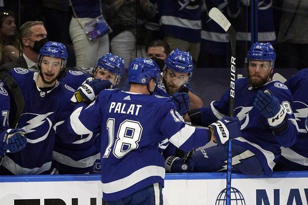 Český křídelník Tampy Bay Lightning Ondřej Palát (18) slaví se spoluhráči gól, který vstřelil do sítě NY Islanders v semifinále NHL.
