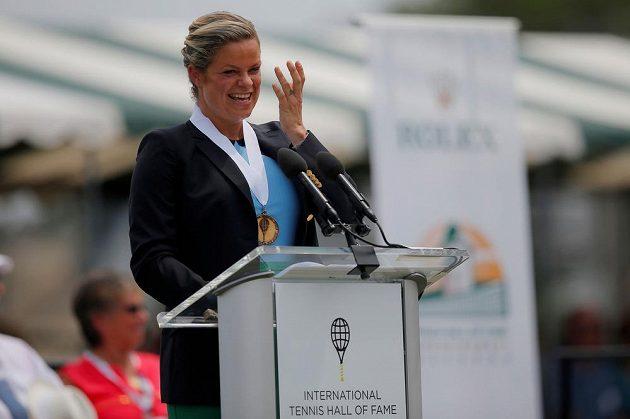 Bývalá světová jednička a vítězka čtyř grandslamů Kim Clijstersová se v šestatřiceti letech hodlá pokusit o návrat k tenisu. Na snímku při projevu po uvedení do tenisové Síně slávy.