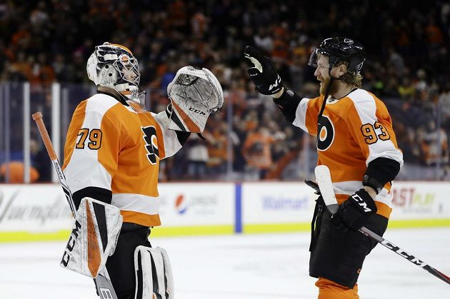Brankář Philadelphie Flyers Carter Hart (vlevo) a Jakub Voráček slaví vítězstvíé nad Nashvillem.