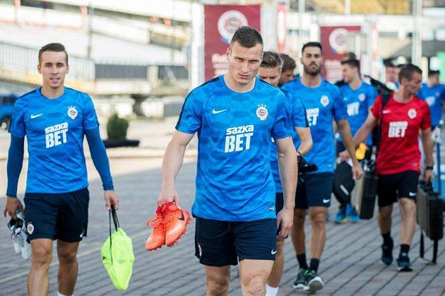 Nová posila Sparty Lukáš Štetina přichází na první trénink sezóny.