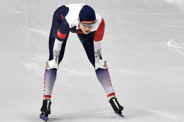Vyčerpaná Karolína Erbanová vydýchává v cíli závodu na 1000 m.