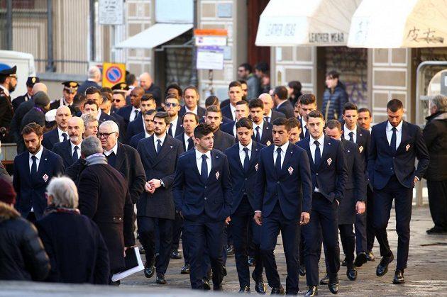 Fotbalisté Fiorentiny před pohřbem svého kapitána Davida Astoriho.