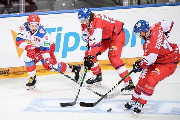 Yegor Yakovlev z Ruska, český obránce Libor Šulák a útočník Hynek Zohorna