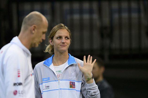 Tenistka Karolína Plíšková zdraví diváky v O2 areně, vlevo je kapitán českého týmu Petr Pála.