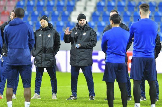 Trenér Nenad Bjelica (uprostřed)diriguje své svěřence